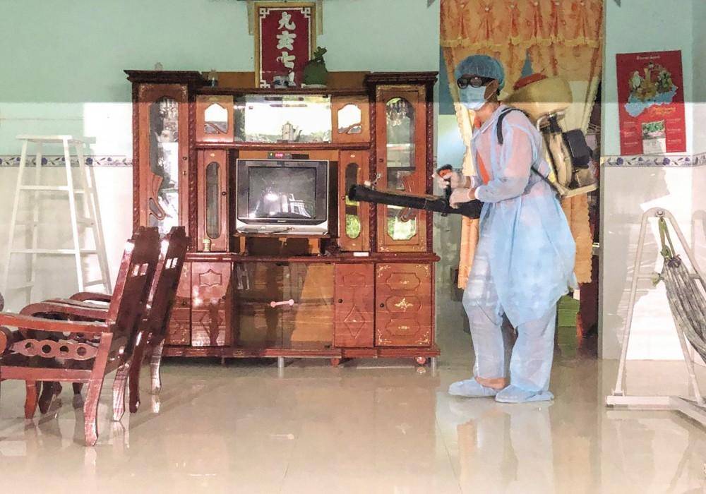 Phun thuốc tại nhà người dân ở phường Thới An, quận Ô Môn.