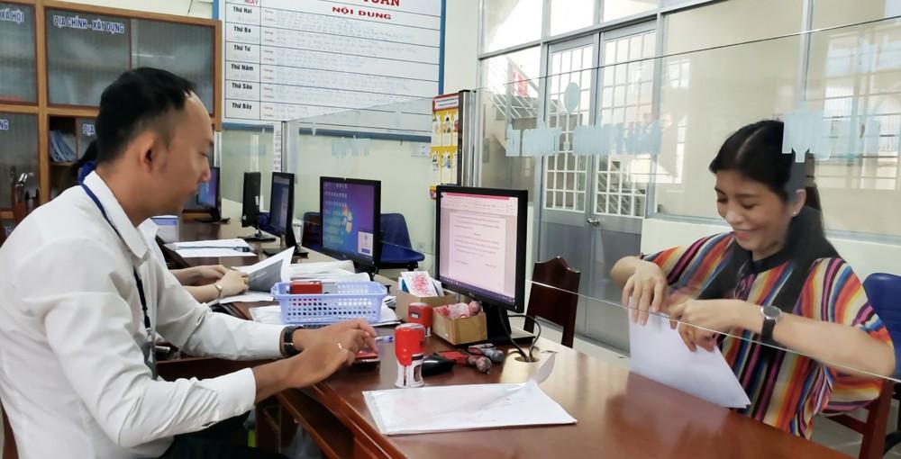 Người dân thực hiện thủ tục hành chính tại UBND phường An Nghiệp, quận Ninh Kiều.