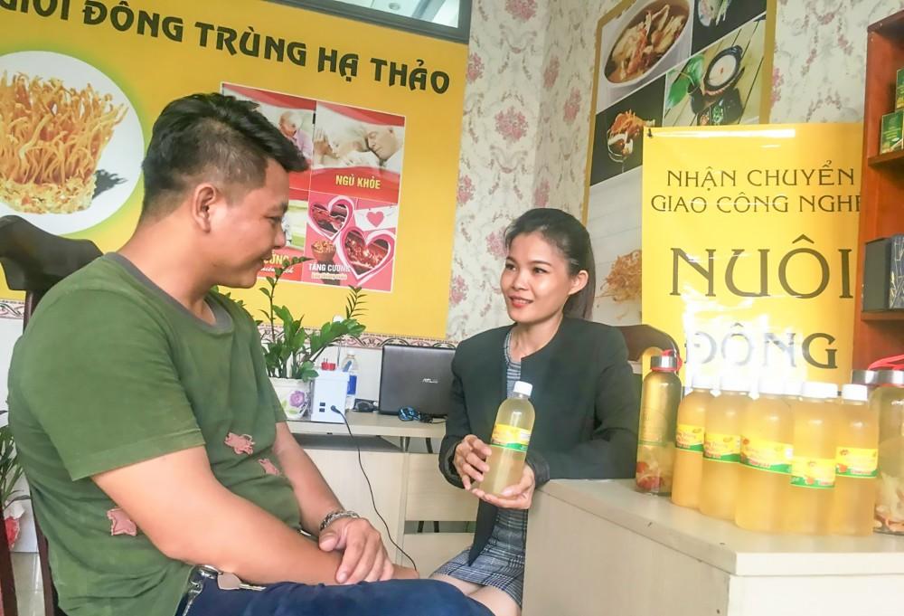 Ông Phạm Ngọc Đá, Giám đốc HTX Giọt Phù Sa, đang trao đổi, nắm bắt các thông tin, yêu cầu thị trường… đối với nước uống đông trùng hạ thảo từ nhân viên của Công ty TPCO.