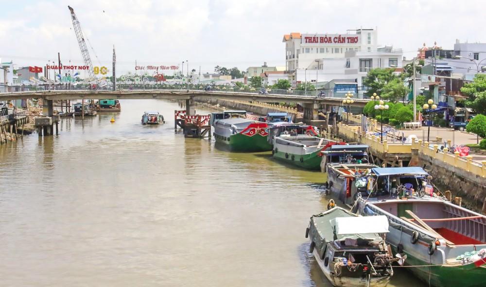 Đã bước sang tháng 8 âm lịch (2020) nhưng mực nước trên sông, rạch tại địa bàn quận Thốt Nốt (TP Cần Thơ) vẫn đang ở mức thấp, nước đổ về ít.