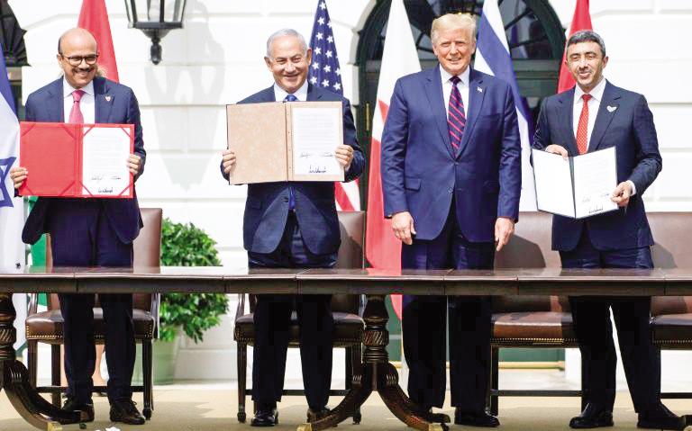 Từ trái sang: Ngoại trưởng Bahrain al-Zayani, Thủ tướng Netanyahu, Tổng thống Trump và Ngoại trưởng UAE Abdullah bin Zayed tại lễ ký kết. Ảnh: Getty Images