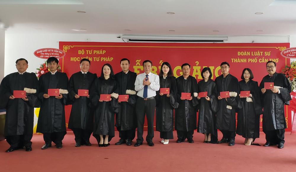 Học viên nhận chứng chỉ tốt nghiệp lớp Đào tạo Luật sư khóa 19 tại TP Cần Thơ.