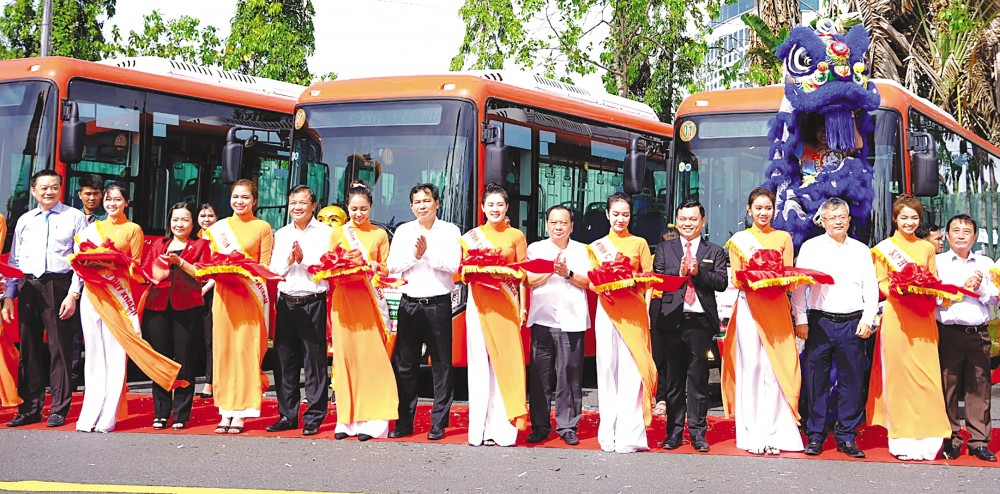 Lãnh đạo thành phố cắt băng khai trương 5 tuyến xe buýt trên địa bàn TP Cần Thơ. Ảnh: T. TRINH