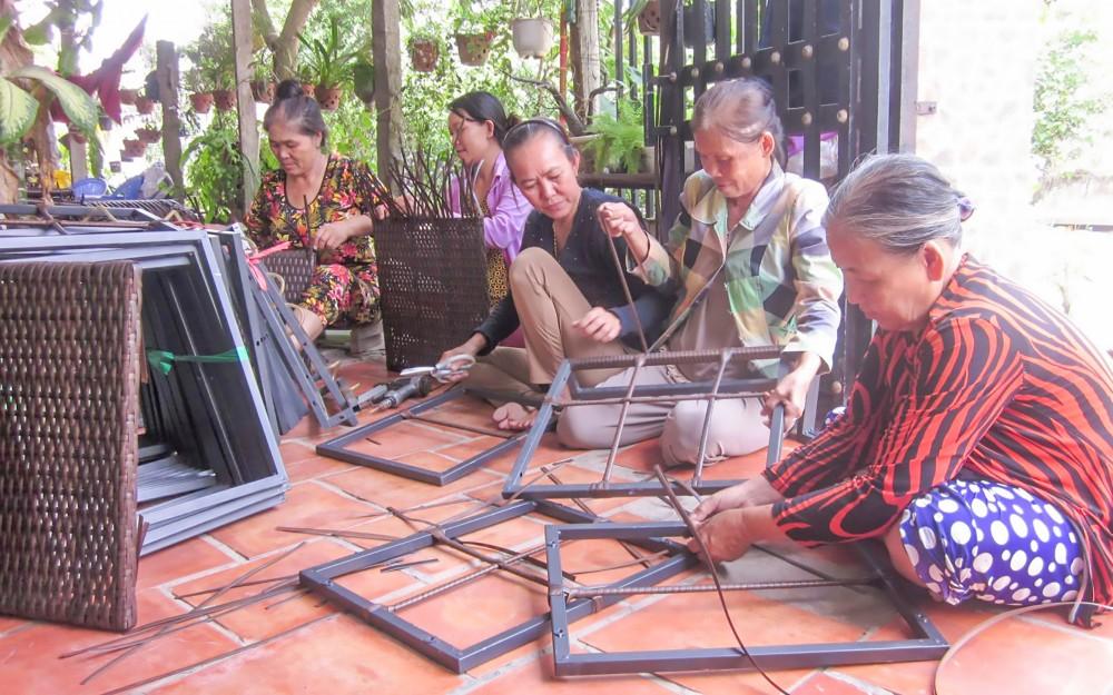 Tổ hợp tác đan dây nhựa góp phần tạo việc làm, thu nhập lúc nông nhàn cho nhiều phụ nữ.