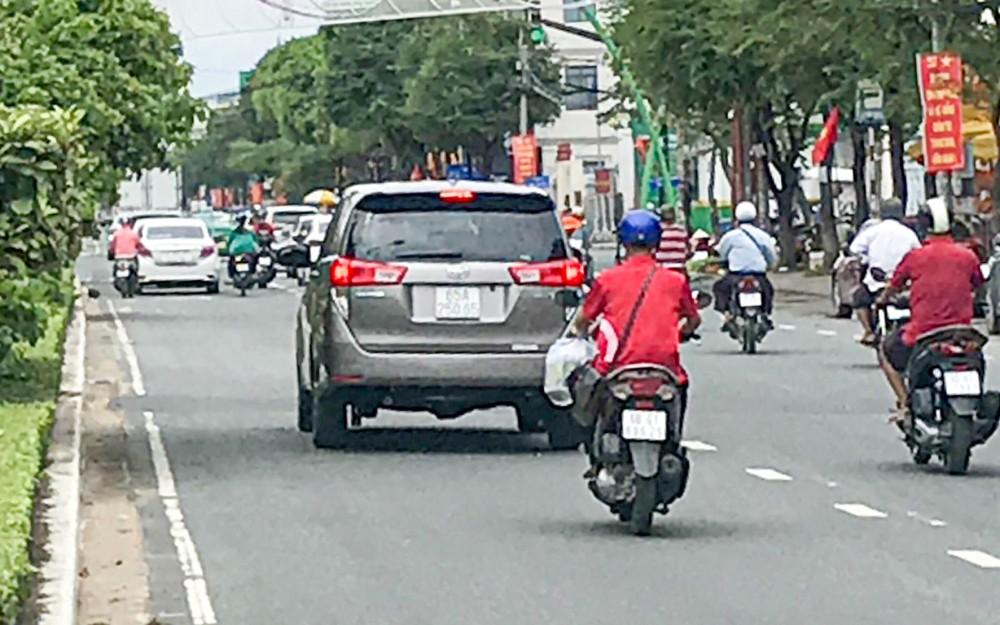 Đi sai làn đường, lấn sang phần đường dành cho ô tô là lỗi người điều khiển mô tô thường vi phạm. Hành vi này dễ dẫn đến tai nạn giao thông (ảnh chụp trên đường 30 Tháng 4).