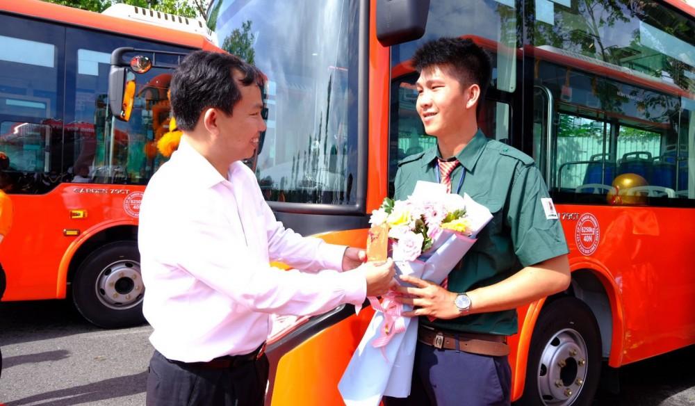 Phó Bí thư Thành ủy, Chủ tịch UBND TP Cần Thơ Lê Quang Mạnh (bìa trái) tặng hoa cho tài xế xe buýt.