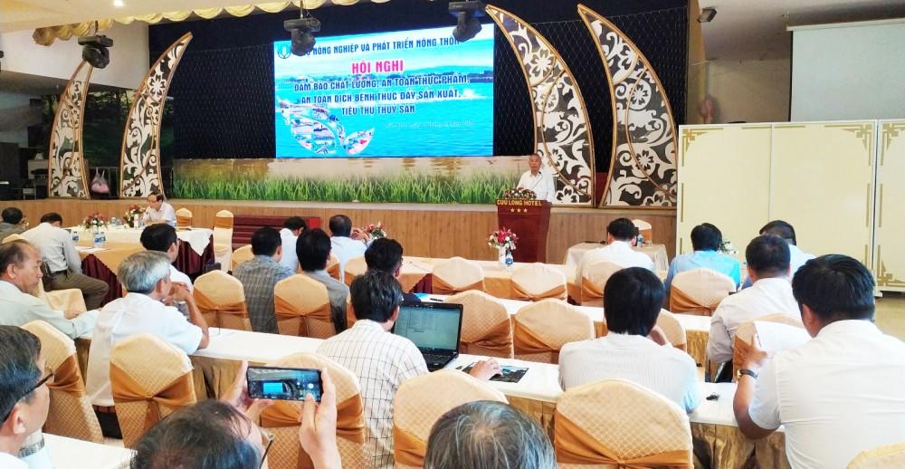 Thứ Trưởng Bộ Nông nghiệp và Phát triển nông thôn Phùng Đức Tiến  phát biểu chỉ đạo tại hội nghị.
