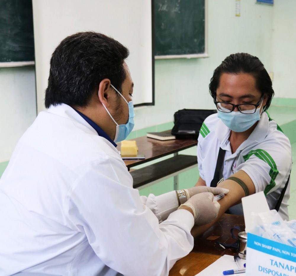 Lấy máu test nhanh HIV.