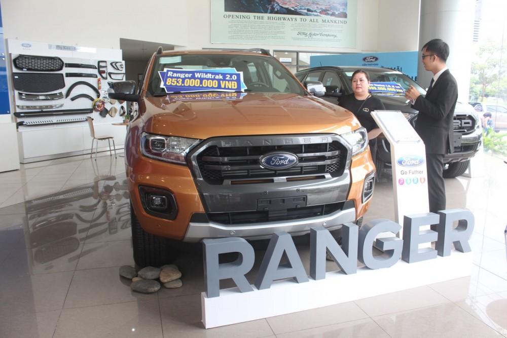 Nhân viên bán hàng của Cần Thơ Ford tư vấn cho khách hàng về mẫu xe Ford Ranger.