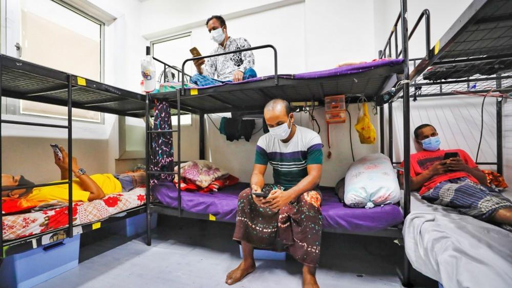 Bên trong một ký túc xá dành cho lao động nhập cư ở Singapore. Ảnh: Nikkei Asian Review