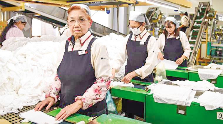 Nhiều người già ở Nhật vẫn tiếp tục làm việc. Ảnh: Bloomberg