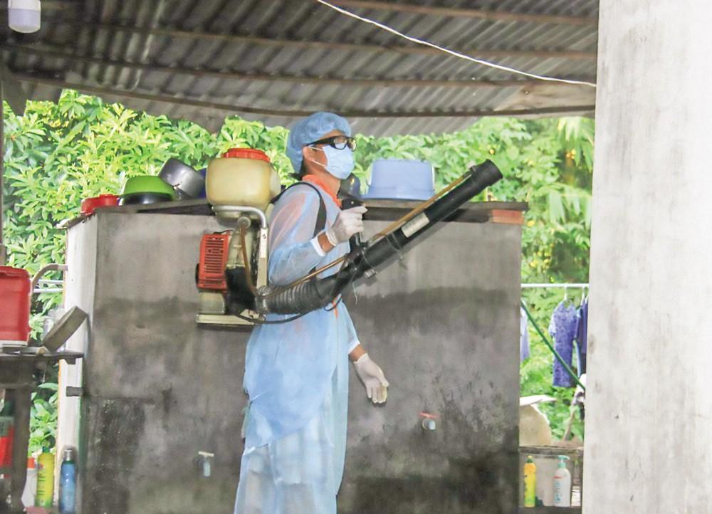 Phun thuốc diệt muỗi trong nhà dân ở phường Thới An, quận Ô Môn.