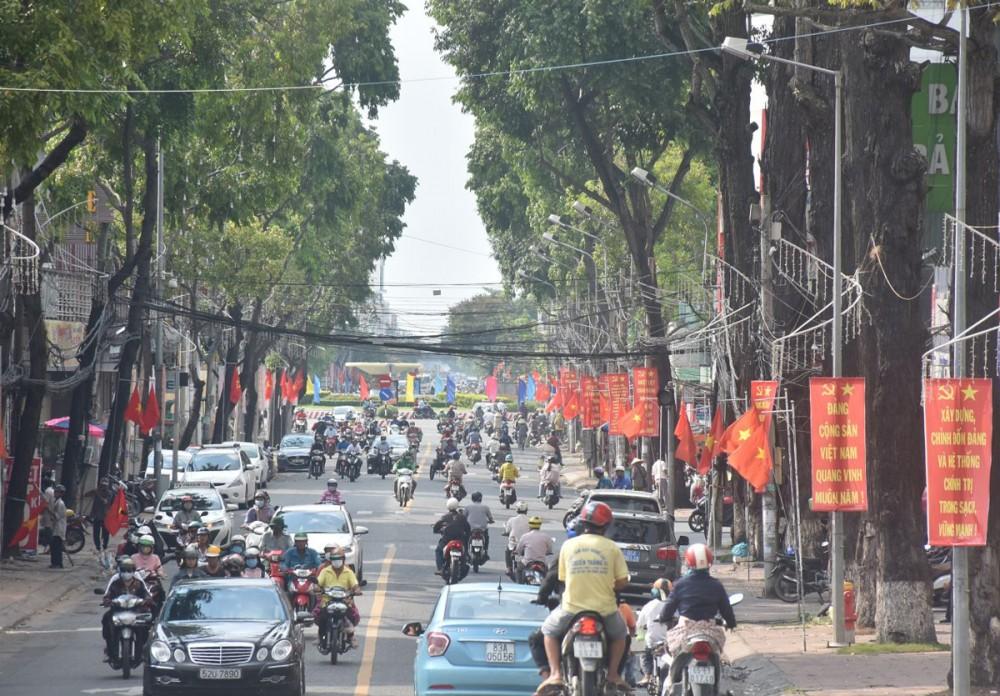 Đường Nguyễn Trãi rực rỡ cờ hoa chào mừng Đại hội Đại biểu Đảng bộ thành phố nhiệm kỳ 2020 - 2025. Ảnh: KIM XUÂN