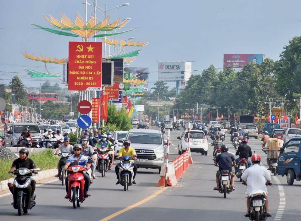 Đường phố Cần Thơ rực rỡ cờ hoa chào mừng Đại hội Đại biểu Đảng bộ thành phố nhiệm kỳ 2020-2025. Ảnh: KIM XUÂN