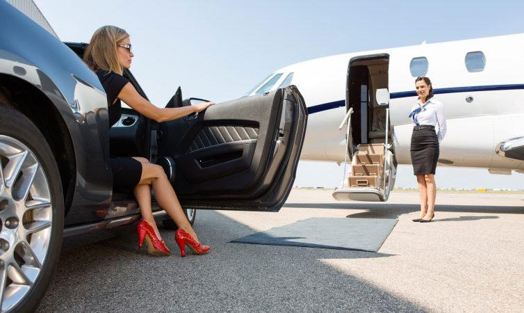 Xe hơi và máy bay là những phương tiện phát thải nhiều carbon. Ảnh: Euractiv