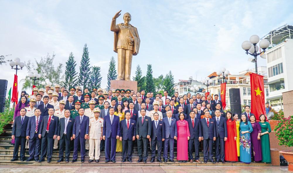 Các đại biểu viếng Tượng đài Bác Hồ. Ảnh: ANH DŨNG