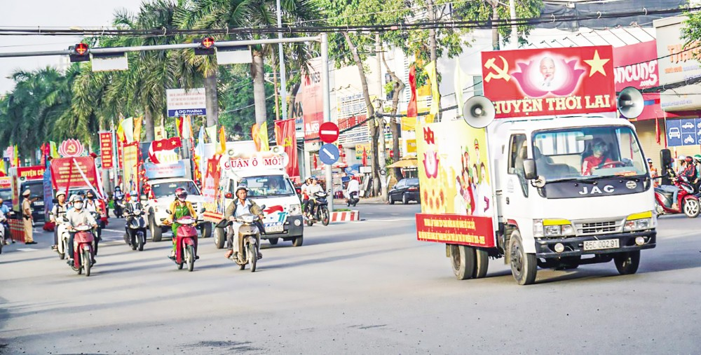Đoàn xe diễu hành trên đoạn đường 3 Tháng 2, quận Ninh Kiều. Ảnh: DUY KHÔI