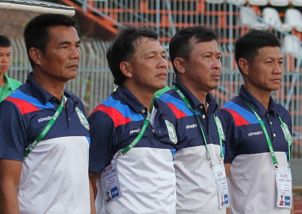 HLV Nguyễn Anh Tuấn (thứ hai từ phải qua) cùng ban huấn luyện đội XSKT Cần Thơ.