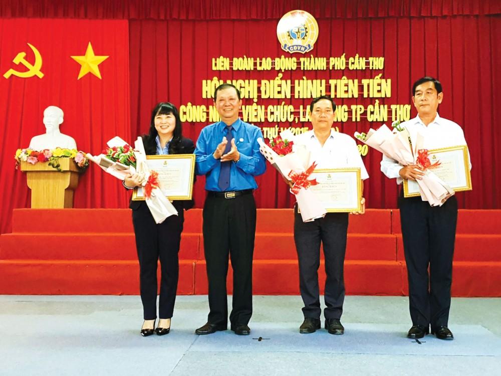 Lãnh đạo LĐLĐ TP Cần Thơ trao Bằng khen cho các tập thể có thành tích xuất sắc trong phong trào thi đua CNVCLĐ thành phố.