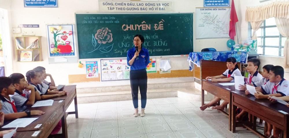 Một buổi sinh hoạt chuyên đề ứng xử văn hóa học đường tại Trường TH Nguyễn Hiền. Ảnh: Tấn Tài