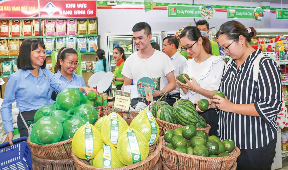 Khách hàng chọn mua trái cây đặc sản của ĐBSCL tại Cửa hàng thực phẩm tiện lợi Satra Foods, đường Nguyễn Văn Cừ, quận Ninh Kiều.