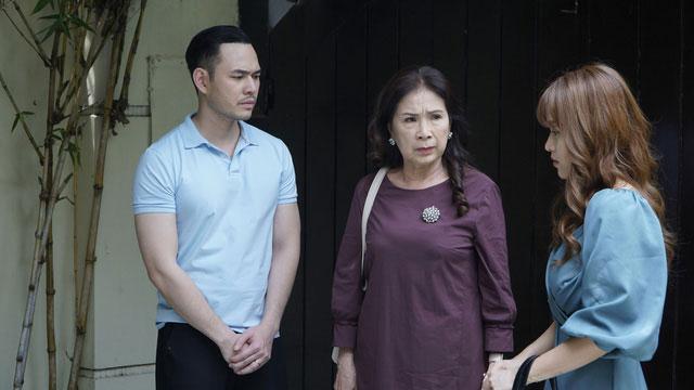 Bà Lan (NSND Kim Xuân, giữa) và gia đình người con gái thứ hai. Ảnh: VTV