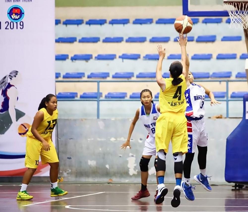 Đội nữ Bóng rổ Cần Thơ (bìa trái) tranh tài tại Giải vô địch Bóng rổ trẻ quốc gia năm 2019.