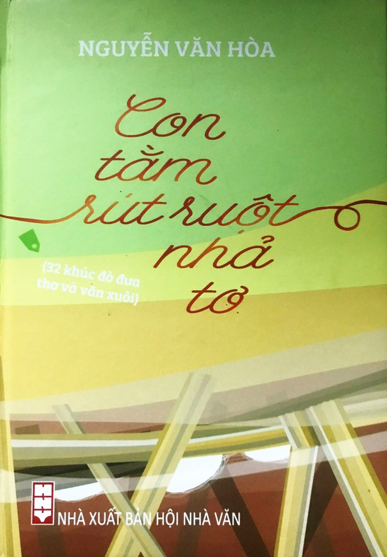 """Tập sách """"Con tằm rút ruột nhả tơ"""" của Nguyễn Văn Hòa."""