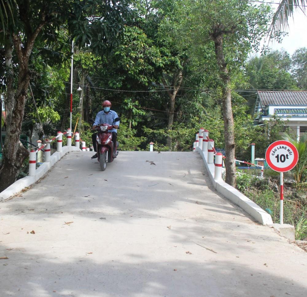 Cầu Làng Mới khang trang, rộng rãi giúp dân đi lại thuận tiện.