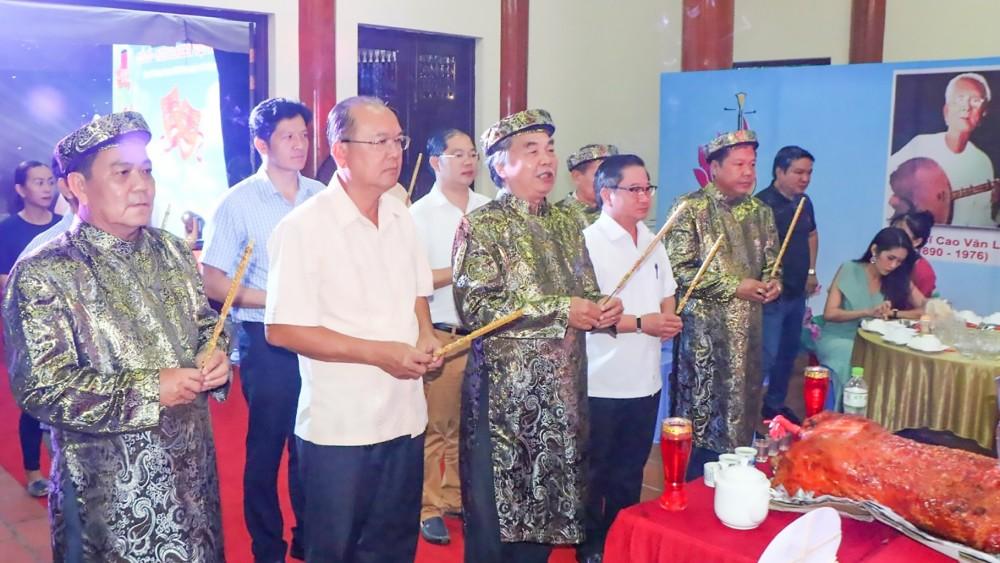 Các đại biểu thắp hương kính nhớ Giỗ Tổ Sân khấu tại Đình Tân An. Ảnh: MINH TRUNG