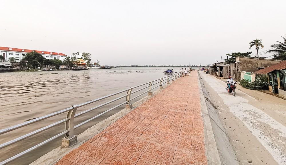 Bờ kè sông Ô Môn. Ảnh: V. THỨC