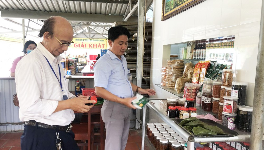 Đoàn kiểm tra liên ngành TP Cần Thơ kiểm tra các điểm sản xuất, chế biến, kinh doanh thực phẩm chay. Ảnh: H.HOA