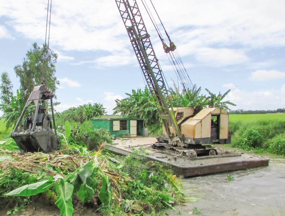 Huyện Vĩnh Thạnh tăng cường công tác nạo vét, khai thông dòng chảy, gia cố đê bao chuẩn bị sản xuất vụ lúa đông xuân sắp tới.