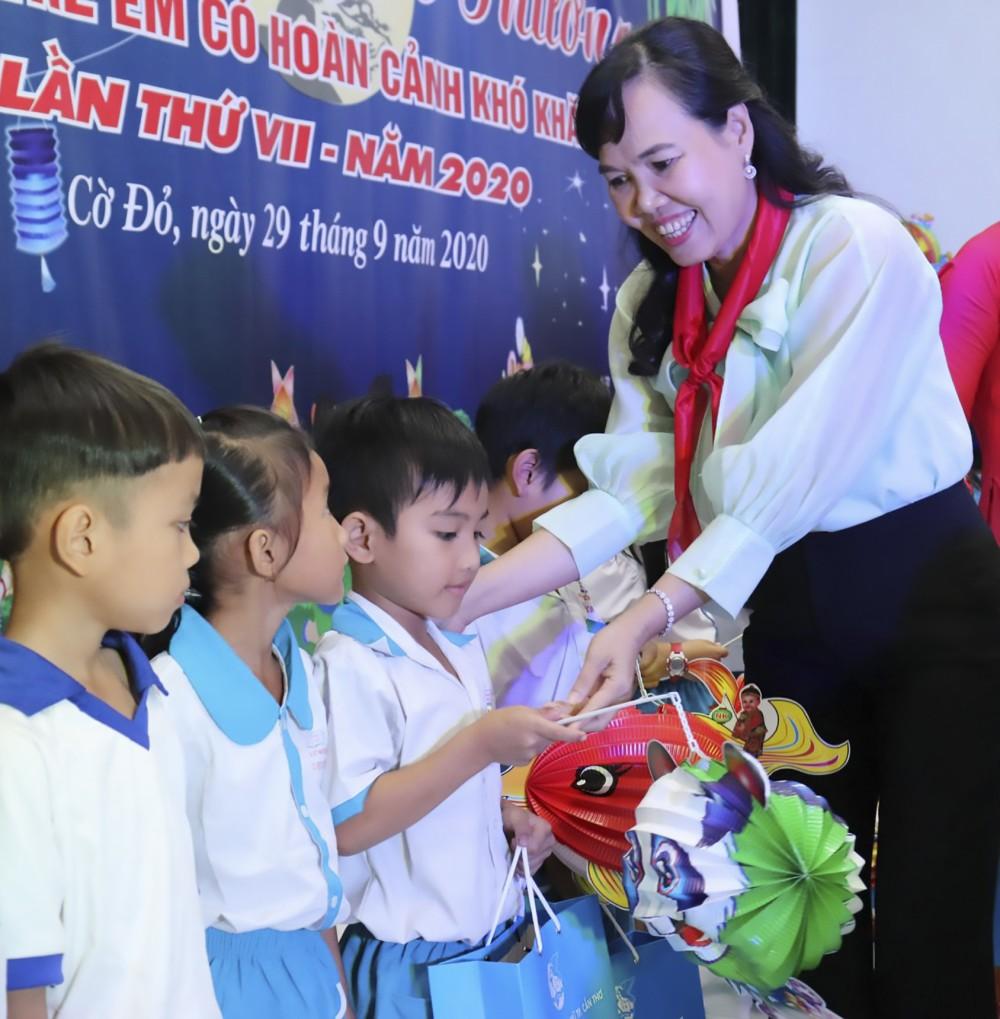 Bà Võ Kim Thoa, Chủ tịch Hội LHPN TP Cần Thơ, trao quà cho các em thiếu nhi. Ảnh: MỸ TÚ