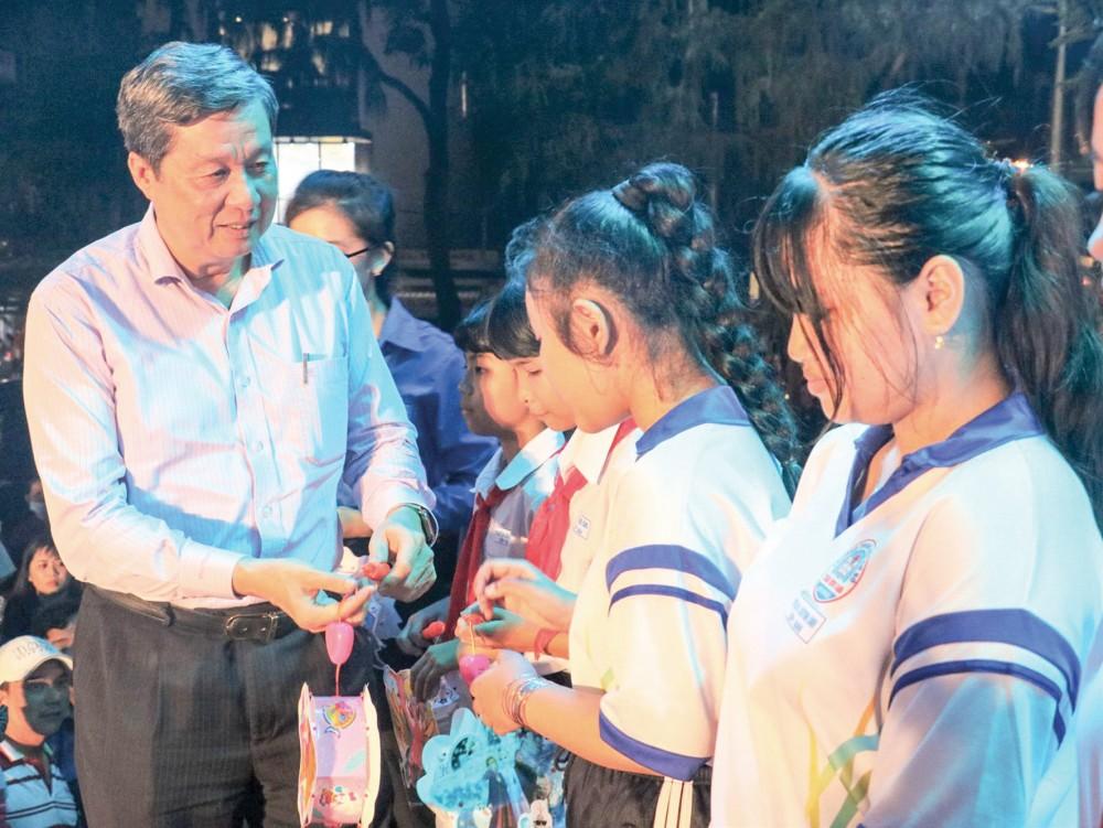 Đồng chí Phạm Văn Hiểu, Phó Bí thư Thành ủy, Chủ tịch HĐND thành phố, tặng quà Trung thu cho các em nhỏ. Ảnh: Q. THÁI