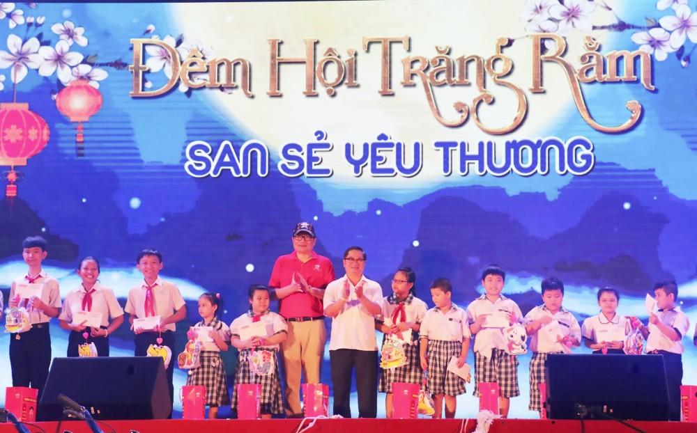 Đồng chí Trần Việt Trường, Phó Bí thư Thành ủy, Trưởng Ban Tuyên giáo Thành ủy Cần Thơ, tặng quà cho thiếu nhi tại chương trình. Ảnh: Q. THÁI