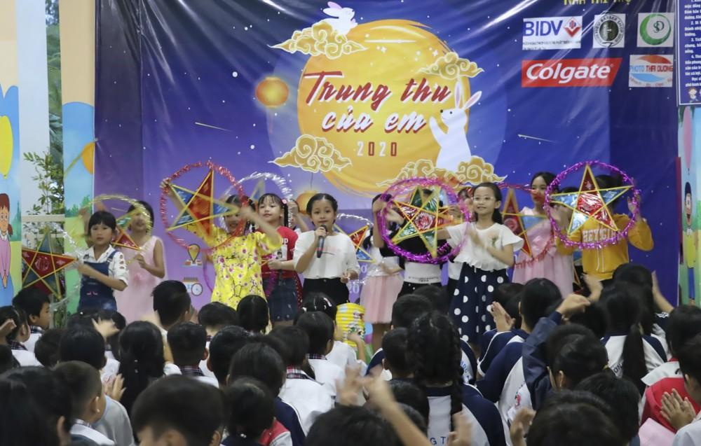 Thiếu nhi phường Long Hòa, quận Bình Thủy sôi nổi các hoạt động văn nghệ đón Tết Trung thu.