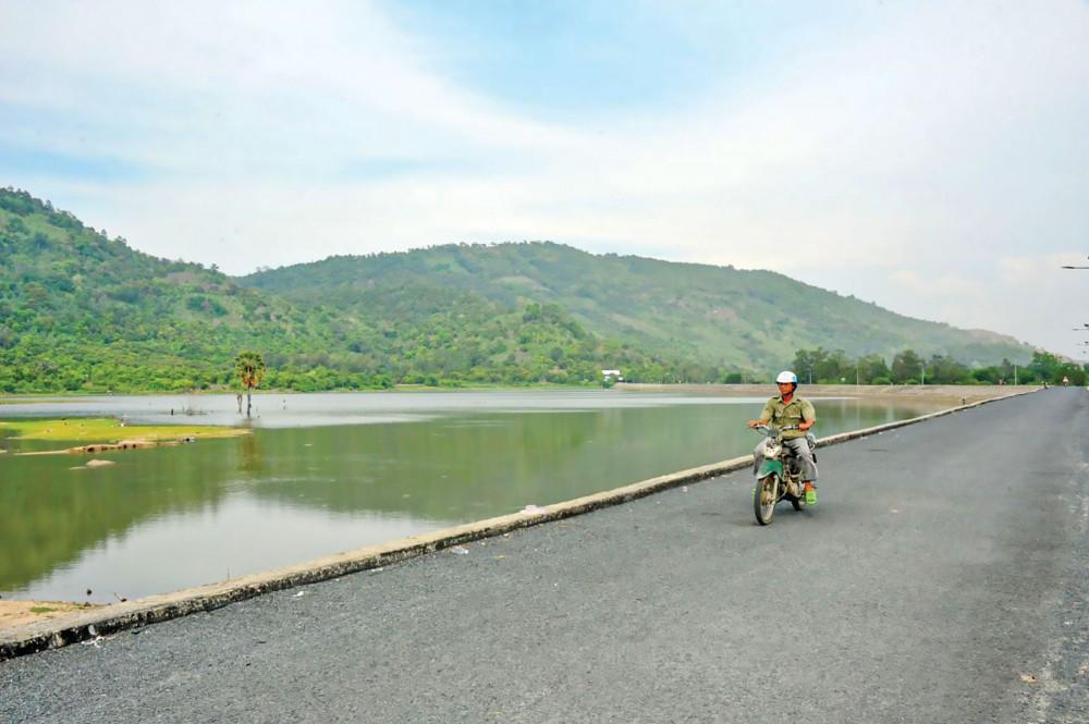 Hồ chứa nước ngọt ở vùng cao tại huyện Tri Tôn phục vụ nước tưới nông nghiệp trong mùa khô đang hoạt động hiệu quả.