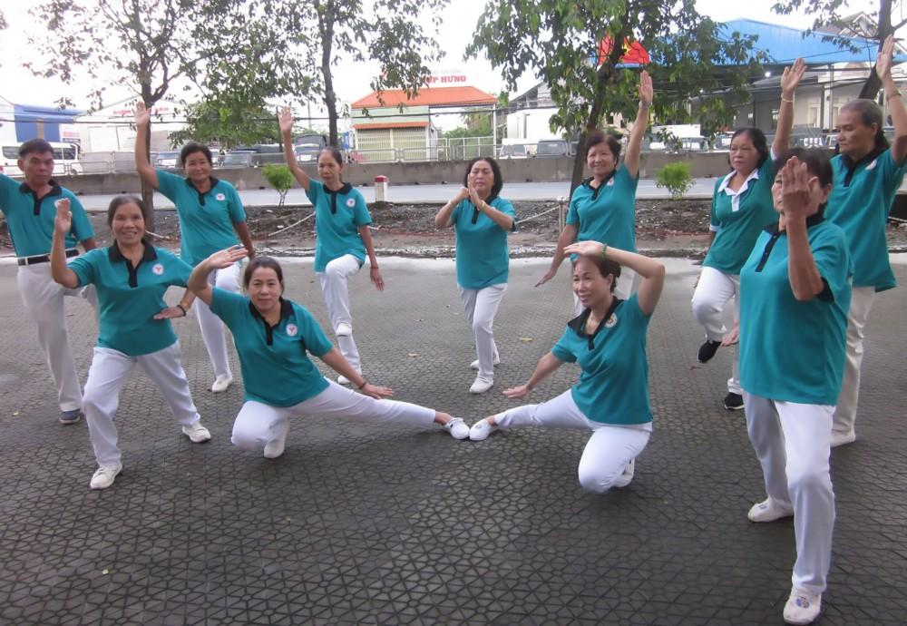 CLB LTHTGN phường Ba Láng duy trì tập thể dục dưỡng sinh để rèn luyện sức khỏe.