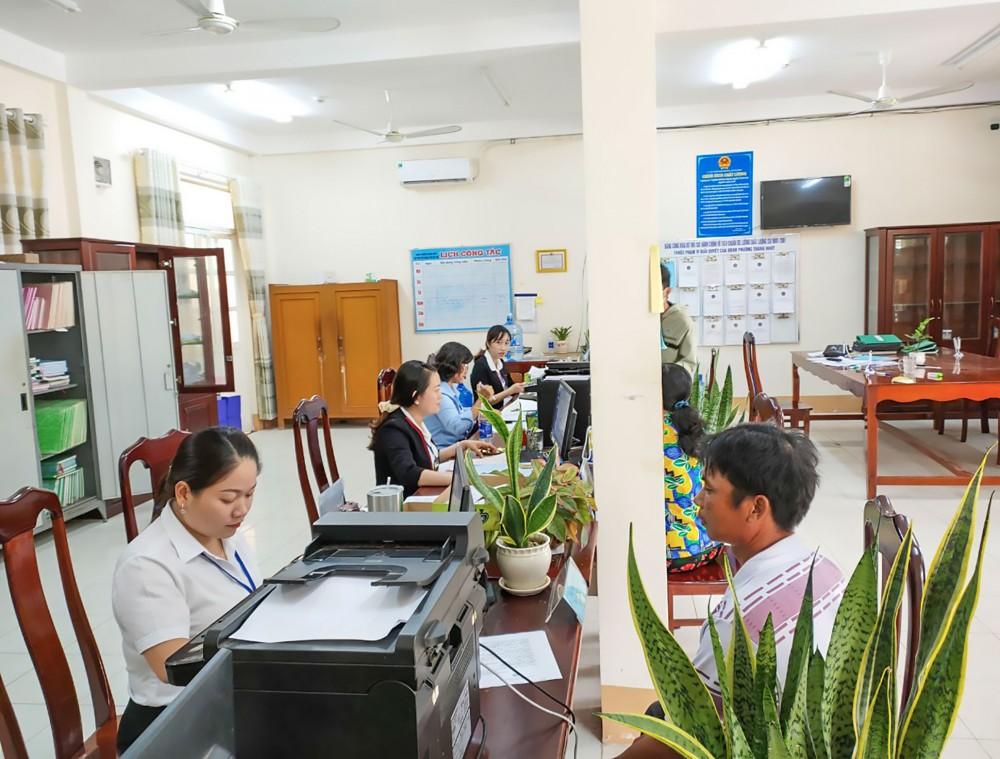 Người dân làm thủ tục hành chính tại Bộ phận Tiếp nhận và Trả kết quả của UBND phường Trung Nhứt.