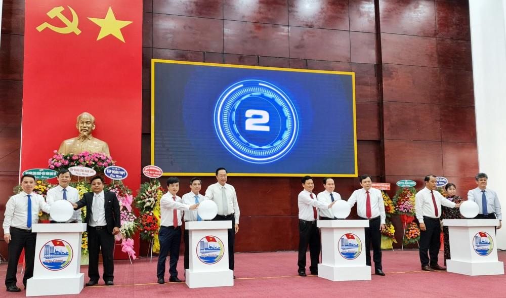 Lãnh đạo tỉnh Hậu Giang thực hiện nghi thức công bố Trung tâm giám sát, điều hành đô thị thông minh.
