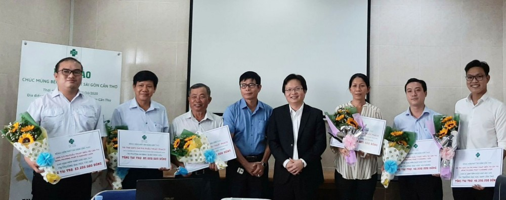 Lãnh đạo BV Mắt Sài Gòn Cần Thơ tặng các suất hỗ trợ điều trị mắt cho sinh viên ở các trường đại học và người dân trong vùng ĐBSCL.