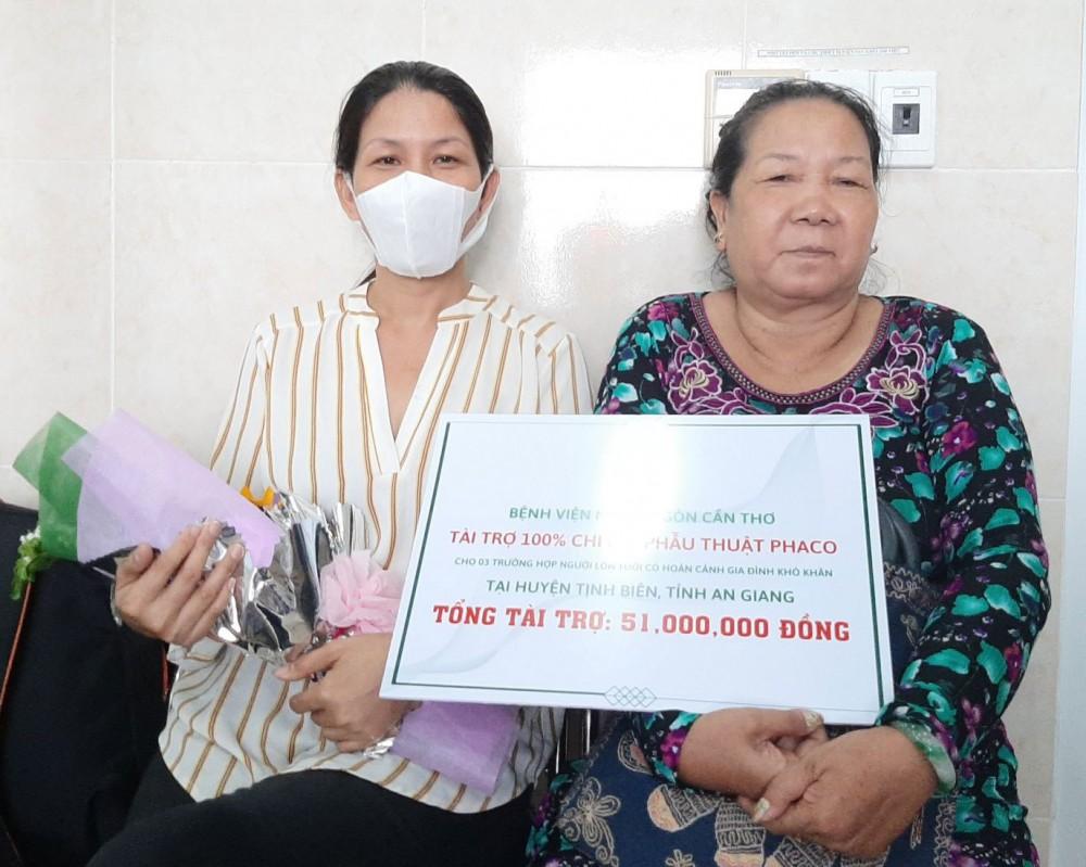 Các bệnh nhân ở tỉnh An Giang có hoàn cảnh khó khăn được BV tặng các suất tài trợ mổ mắt.