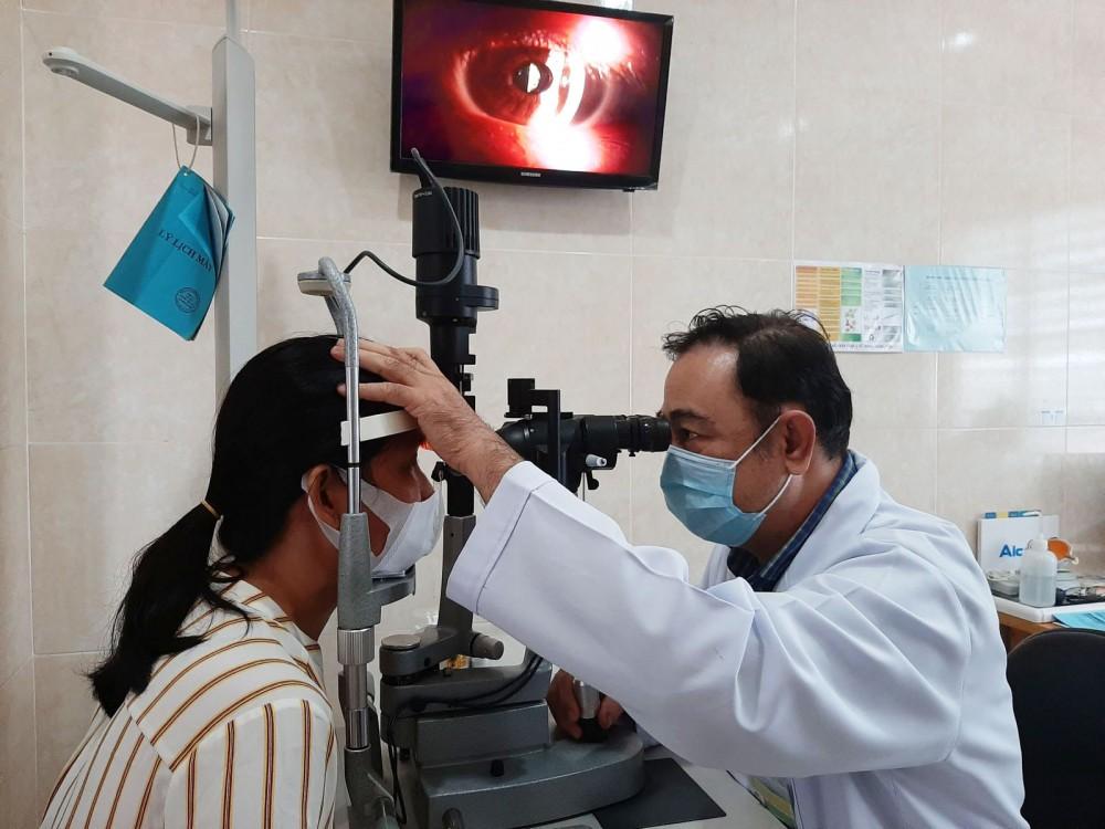 Bác sĩ thăm khám cho nữ bệnh nhân được tài trợ mổ mắt miễn phí.