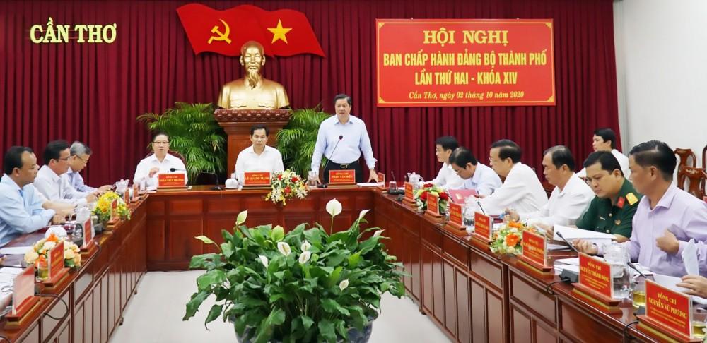 Đồng chí Phạm Văn Hiểu, Phó Bí thư Thường trực Thành ủy, Chủ tịch HĐND thành phố, phát biểu tại hội nghị.