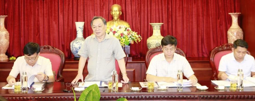 Ông Lê Diễn - Bí thư Tỉnh ủy, Chủ tịch HĐND tỉnh (thứ hai từ trái qua) hoan nghênh Tập đoàn Sao Mai đầu tư dự án năng lượng mặt trời tại tỉnh Đắk Nông.