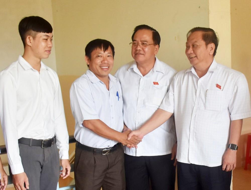 Đồng chí Trần Quốc Trung, Ủy viên Trung ương Đảng, Trưởng Đoàn Đại biểu Quốc hội đơn vị TP Cần Thơ, trò chuyện với cử tri phường Thới An Đông.
