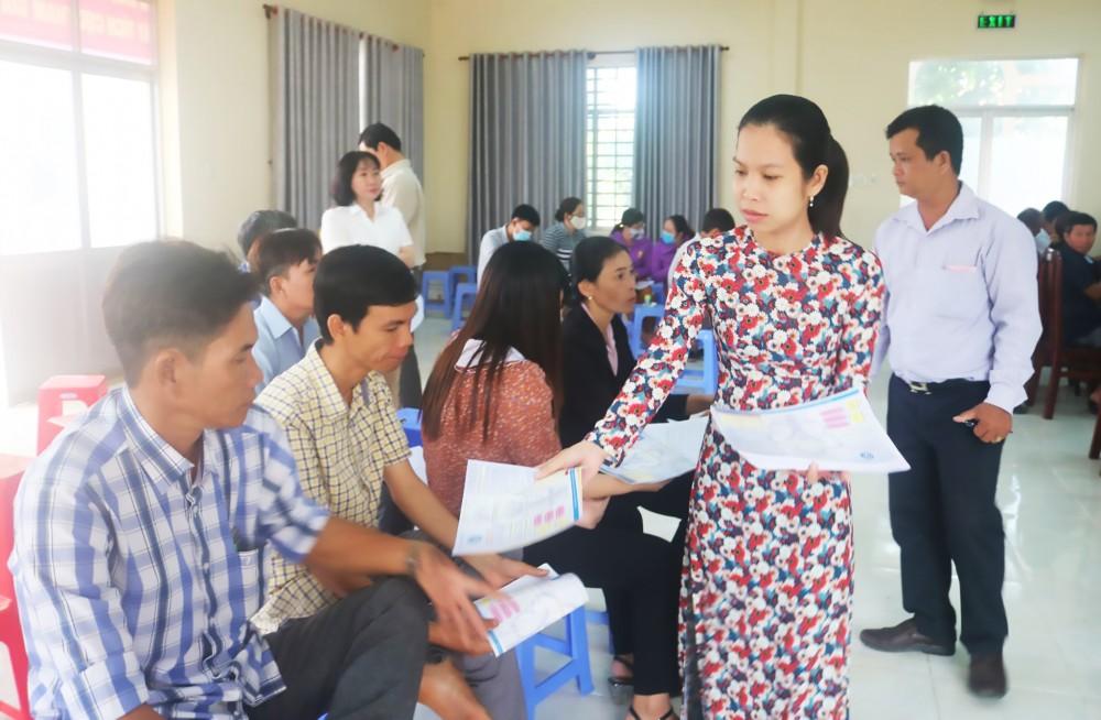 BHXH huyện Cờ Đỏ phát tờ rơi tuyên truyền chính sách BHXH tự nguyện, BHYT đến hội viên HND.