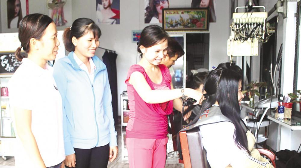 Chị Huỳnh Thị Pha (bìa trái) lấy lại tinh thần, tích cực tham gia công tác. Trong ảnh: Chị Pha thăm hỏi, tìm hiểu tình hình sản xuất, kinh doanh của chị em phụ nữ địa phương.