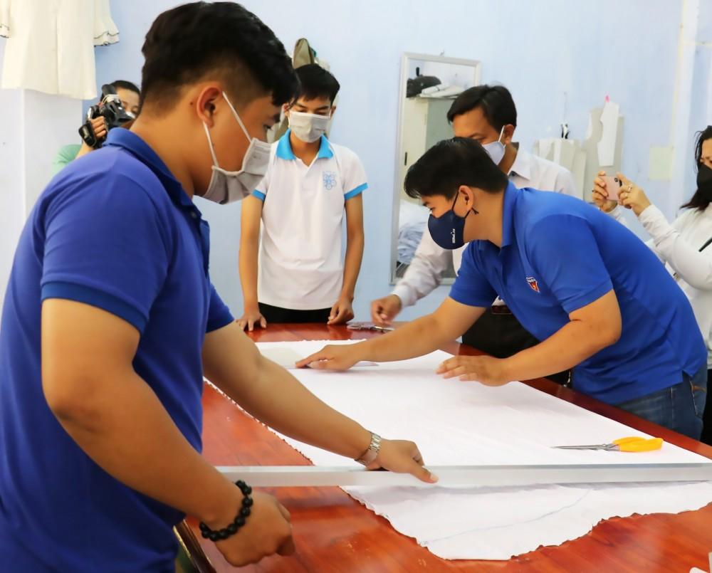 Anh Phương Tấn Đạt (bìa phải), Bí thư Đoàn Trường PT Thái Bình Dương, cùng các tình nguyện viên may khẩu trang tặng người nghèo phòng, chống dịch COVID-19.